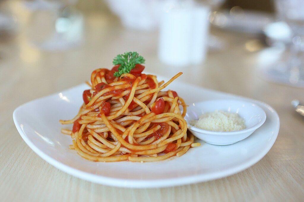 Spaghete cu sos de rosii si busuioc retete simple